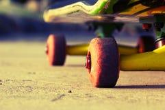 Skateboard κυλά την κινηματογράφηση σε πρώτο πλάνο Στοκ φωτογραφία με δικαίωμα ελεύθερης χρήσης