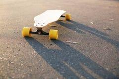 Skateboard στο έδαφος Στοκ φωτογραφίες με δικαίωμα ελεύθερης χρήσης