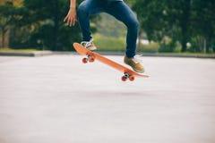 Skateboard fahren auf Parkplatz Stockbild