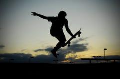 Skateboard fahren bei Sonnenuntergang Lizenzfreie Stockfotos