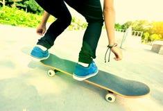 Skateboard fahren der Frau Stockfoto