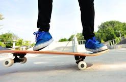 Skateboard fahren der Frau Lizenzfreie Stockbilder