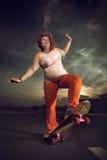 Skateboard fahren der Frau auf Skateboard Stockfotos