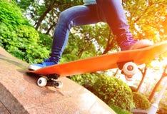 Skateboard fahren der Frau am skatepark Lizenzfreie Stockfotografie
