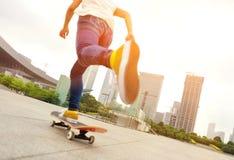 Skateboard fahren an der Stadt Stockfoto