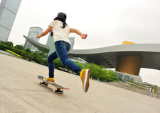 Skateboard fahren an der Stadt Lizenzfreies Stockfoto