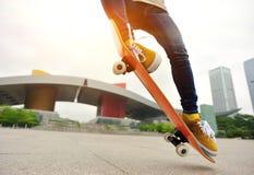 Skateboard fahren an der Stadt Lizenzfreies Stockbild