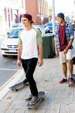 Skateboard fahren an der Straße Stockfotos