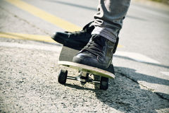 Skateboard fahren des jungen Mannes, gefiltert Stockfotos
