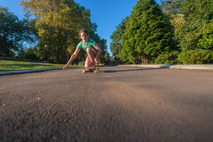 Skateboard fahren des Mädchen-Spaßes Stockfoto