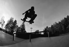 Skateboard fahren des Schattenbildes Stockfoto
