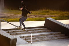 Skateboard fahren des Skateboard-Rochen-Tricks Stockbild