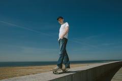 Skateboard Guy Boarding in de Stad royalty-vrije stock afbeelding