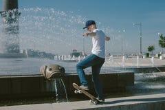 Skateboard Guy Boarding in de Stad stock foto