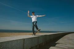 Skateboard Guy Boarding in de Stad royalty-vrije stock foto