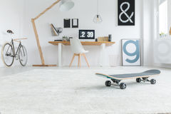 Skateboard i rum Fotografering för Bildbyråer