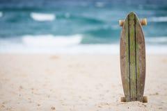 Skateboard op het strand Stock Foto's