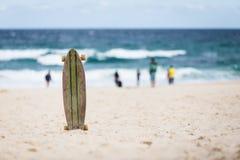 Skateboard op het strand Stock Afbeelding