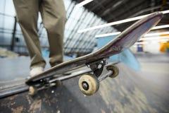 Skateboard over afdaling stock foto