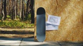 Skateboard på en träbakgrund med plan för en miniramp i en skatepark stock video