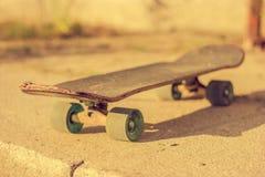 Skateboard på jordning Arkivbilder
