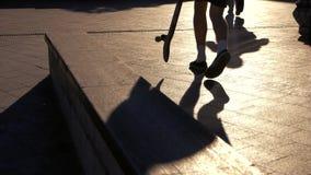 Skateboard på trottoar lager videofilmer