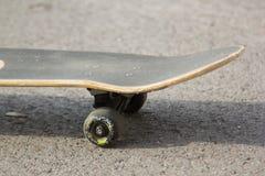 Skateboard på trottoaren Arkivfoto