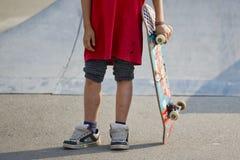 Skateboard-Rochen-Junge Skatepark Stockfoto