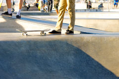 Skateboard und Füße Stockfotografie