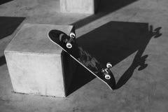 Skateboardbenägenhet mot väggen Skateboard i det moderna utrymmet Skateboard med kopieringsutrymme Arkivbild