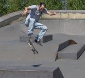 Skateboarder που εκτελεί ένα kickflip Στοκ εικόνες με δικαίωμα ελεύθερης χρήσης