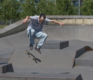 Skateboarder που εκτελεί ένα kickflip Στοκ Εικόνα