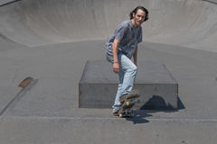 Skateboarder που παίρνει έτοιμο για τη δράση Στοκ Εικόνες
