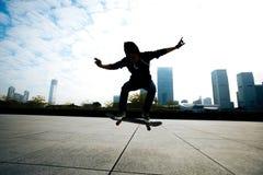 Skateboarder που πηδά με skateboard στην πόλη Στοκ Φωτογραφία