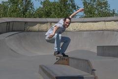 Skateboarder που πηδά προς τη κάμερα Στοκ φωτογραφία με δικαίωμα ελεύθερης χρήσης