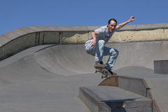 Skateboarder που πηδά προς τη κάμερα Στοκ φωτογραφίες με δικαίωμα ελεύθερης χρήσης