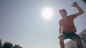 Skateboarder που πηδά σε ένα πάρκο σαλαχιών πόλεων Κίνηση Skow Βλαστός Steadicam φιλμ μικρού μήκους