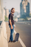 Skateboarder που στέκεται στην οδική γέφυρα πόλεων Στοκ Εικόνες
