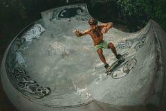 Skateboarder στην κεκλιμένη ράμπα Στοκ εικόνα με δικαίωμα ελεύθερης χρήσης