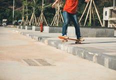 Skateboarder berijdend skateboard die onderaan de stap gaan Royalty-vrije Stock Afbeelding