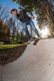 Skateboarder che dropring una rampa fotografia stock libera da diritti
