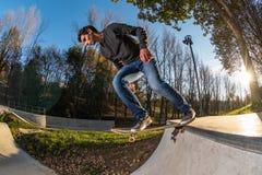 Skateboarder che dropring una rampa immagini stock libere da diritti