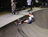 Skateboarder che fa trucco allo skatepark Immagini Stock