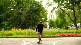 Skateboarder dell'adolescente del metraggio che guida un pattino nel parco 4K stock footage