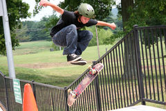 Skateboarder di volo immagine stock