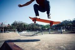 Skateboarder die bij skatepark met een skateboard rijden royalty-vrije stock afbeeldingen