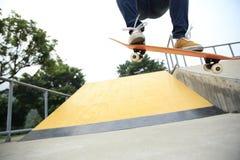 Skateboarder die bij skatepark met een skateboard rijden Royalty-vrije Stock Foto