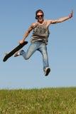 Skateboarder die in de lucht springen Stock Foto's