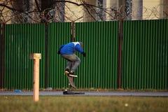 Skateboarder die op skateboard stuiteren stock foto