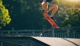 Skateboarder die op skatepark met een skateboard rijden Royalty-vrije Stock Foto